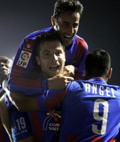 Футболист на Райо сложи в малкия си джоб Меси и Роналдо