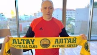 Илиан Илиев, поне засега, остава треньор на Алтай