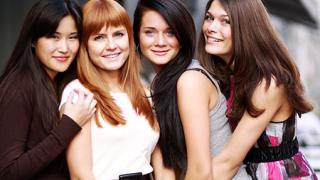 Младите жени са изтъкани от комплекси