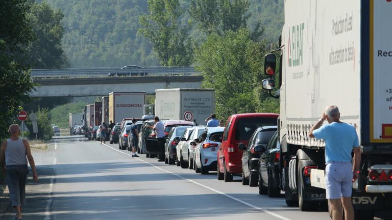 Снимка: Катастрофа край Железница предизвика километрично задръстване