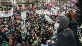 Празни хотели и забавени доставки: Протестите във Франция парализират икономиката