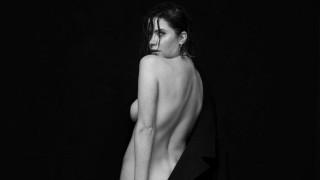 Голата фотосесия на съпругата на Кара Делевин
