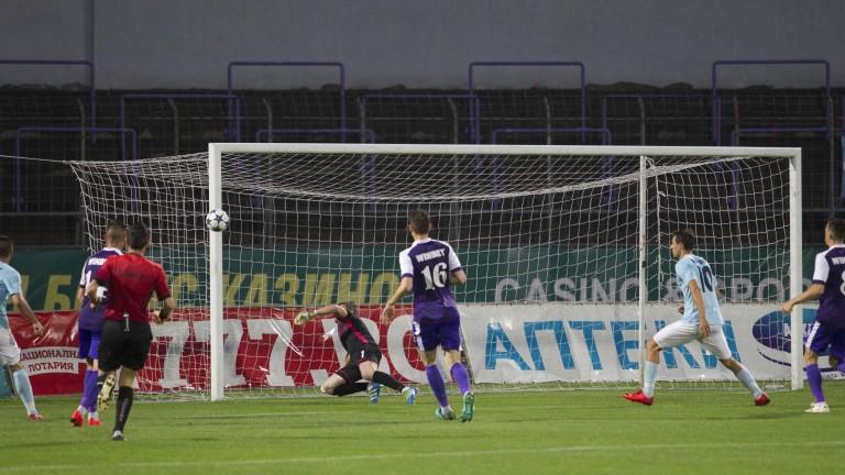 Етър - Дунав 2:0, отменен редовен гол и червени картони в Търново!