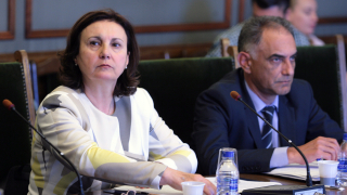 Не само държавите на предна линия да поемат бежански кризи, иска Бъчварова