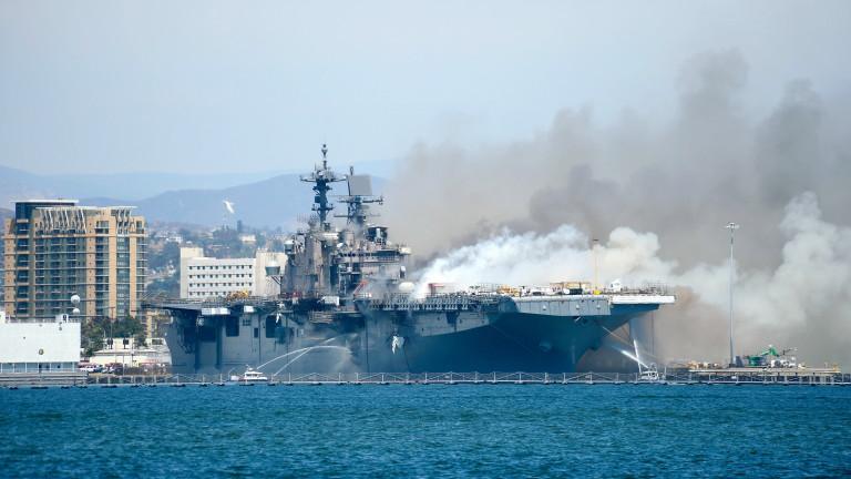 57 души са в болница, след като военен кораб се запали в Сан Диего