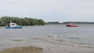 Около 60 плавателни съда са край остров Белене, чакат Дунав да се покачи