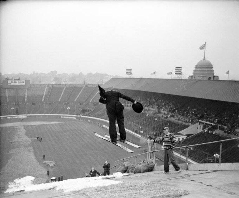 """Любител на ски скоковете нахлува на """"Уембли"""" през 1961 година."""