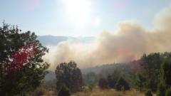 Пожар гори на метри от казанлъшко село