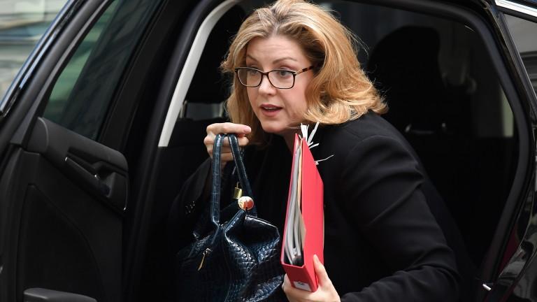 Двама министри от британското правителство се очаква да подадат оставка,