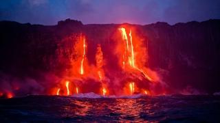 Незабравимо зрелище предлага стичаща се лава от хавайски вулкан в Тихия океан