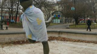 Статуята пред Народния театър се превърна в манекенка