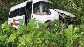 Бус с деца от Червен бряг катастрофира при разклона за Априлци