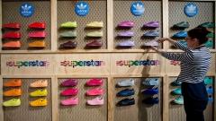 Един от най-големите производители на спортно облекло отчете 93% спад в печалбата си