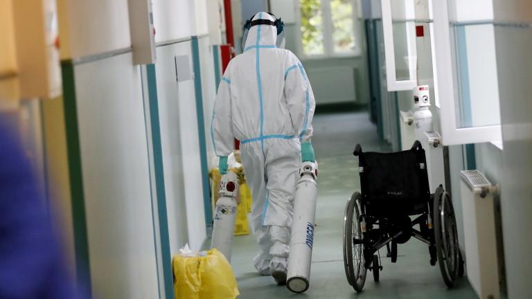 Екип от трима лекари и шест медицински сестри от Данияпристигнаха