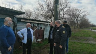 Двама маскирани пребиха и ограбиха възрастен мъж в дома му
