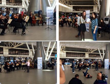 """Изненадаха пътниците на Терминал 2 с флашмоб """"Диригент за една минута"""""""