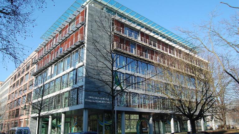 Вандали атакуваха с камъни и боя посолството на Бразилия в Германия