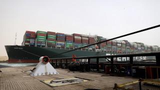 Обещават отблокиране на Суецкия канал в събота