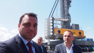Уникален 144-тонен кран заработи на пристанище Варна