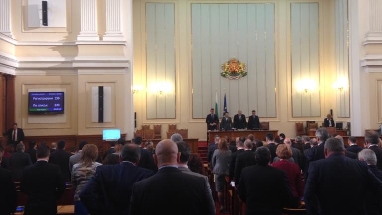 НС одобри купуването на нови самолети и кораби, разбраха се за антикорупционния закон, показват вещи на Ботев в президентството...