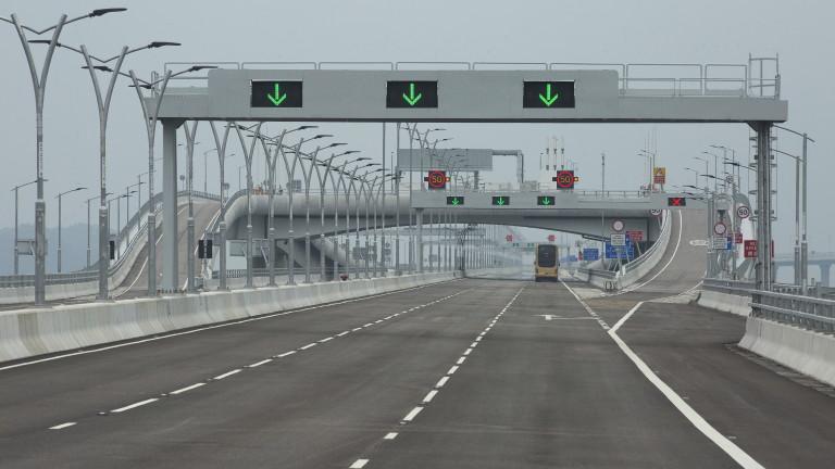 Китайският президент Си Дзинпин официално откри най-дългият мост над море