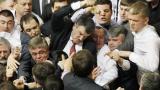 Бой между комунисти и националисти в украинската рада