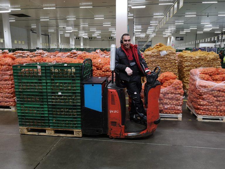 Продуктите се подреждат на точно определени места в склада