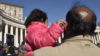 """Папа Франциск приветства 5000 мигранти на площад """"Св. Петър"""""""