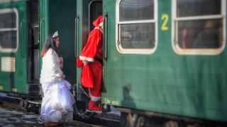 """Дядо Коледа и Снежанка се качват на теснолинейката """"Родопи"""""""