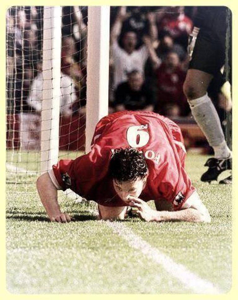 """По време на мач между Ливърпул и Евертън през сезон 1998/99, феновете на """"карамелите"""" постоянно се заяждат с Роби Фаулър, тъй като смятат, че взима наркотици. В отговор нападателят отблеязва два гола и ги отпразнува """"шмъркайки"""" очертанията на """"Анфийлд"""" все едно са от кокаин. След двубоя, """"мърсисайдци"""" го глобяват с 60 000 паунда и е наказан от ФА за четири срещи."""