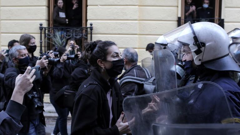 Над 100 души са задържани при забранен протест в Гърция
