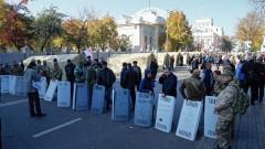 Полицията използва сълзотворен газ срещу протестиращите пред Радата в Киев