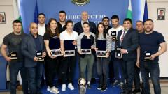 Министър Кралев връчи почетни плакети на медалистите от Европейското първенство по борба