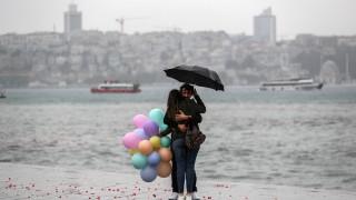 "Порой парализира Истанбул, наводни ""Капалъ чарши"""
