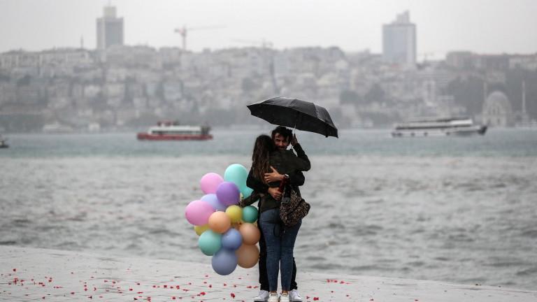 Истанбул беше ударен от мощна дъждовна буря, при което е