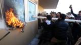 US войници гонят със сълзотворен газ протестиращи пред посолството на САЩ в Ирак