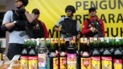 Унищожиха 6 хил. бутилки домашен алкохол след близо 100 смъртни случая в Индонезия