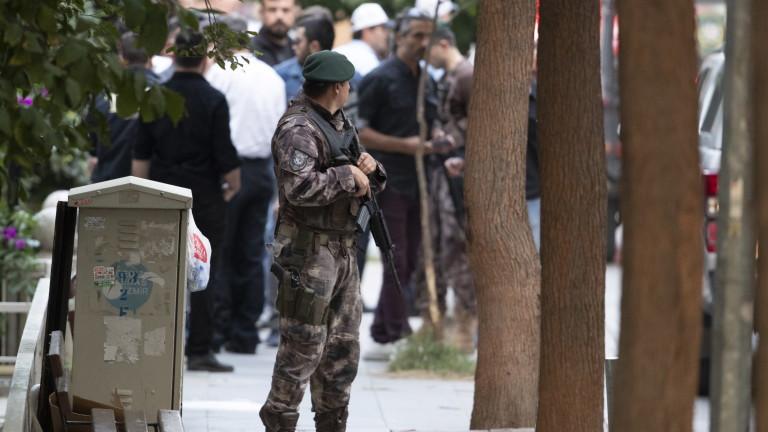 Властите в турскияград на Измир задържаха опозиционен политик, след като