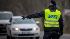 Чехия осигурява коронавирус блокадата с 30 000 полицаи и войници по пътищата