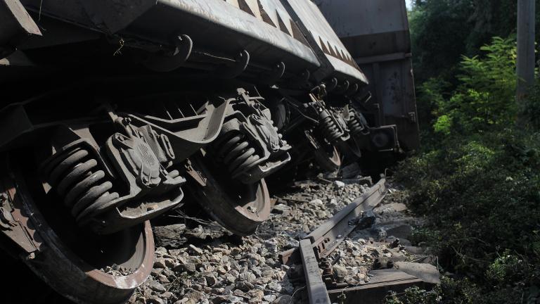 Пътнически влак се заби в сграда в Гърция, две жени са ранени