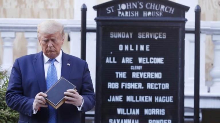 Снимката на президента на САЩ Доналд Тръмп пред църквата