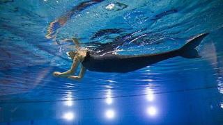 Жена с ампутирани крака се превърна в русалка