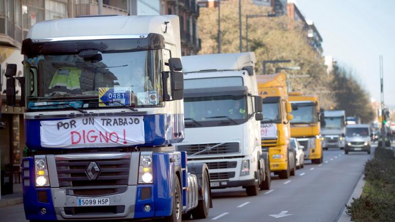 Стотици шофьори на камиони блокираха Барселона в знак на протест,