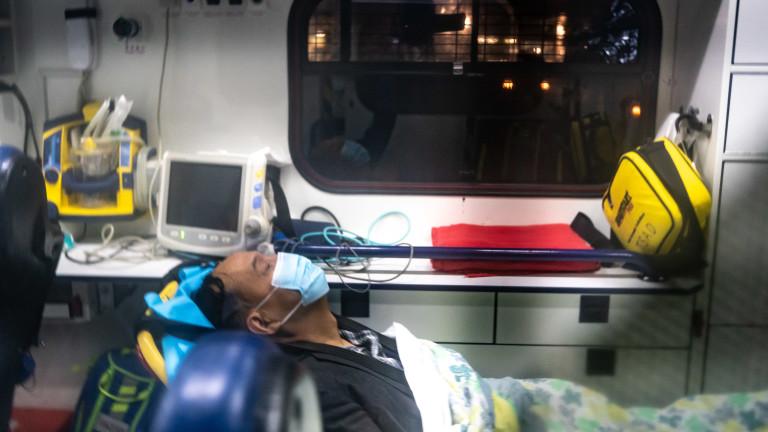Линейка откарва заразен мъж до болница в Хонконг