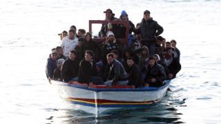 Спасиха стотици бежанци от удавяне край Лампедуза