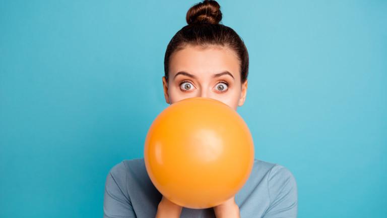 Защо хелият в балоните прави гласа ни смешен