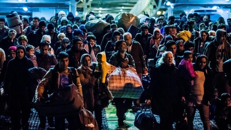 Взрив в бежански лагер на о. Лесбос уби жена и две деца