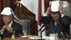 Японските депутати изпробваха каски за защита при земетресения