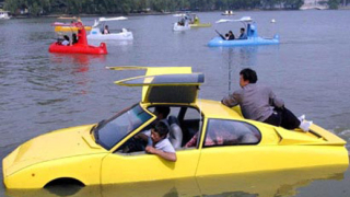 Мъж построи кола-амфибия за 13 години