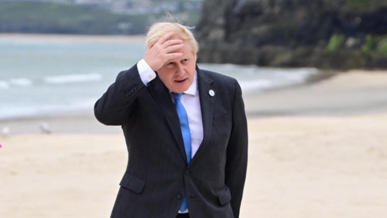 Френският президент Еманюел Макрон разговаря по телефона с британския премиер
